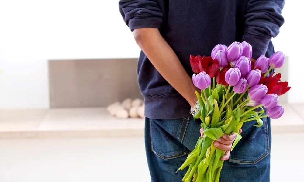 Парень дарит цветы открытка, открытки