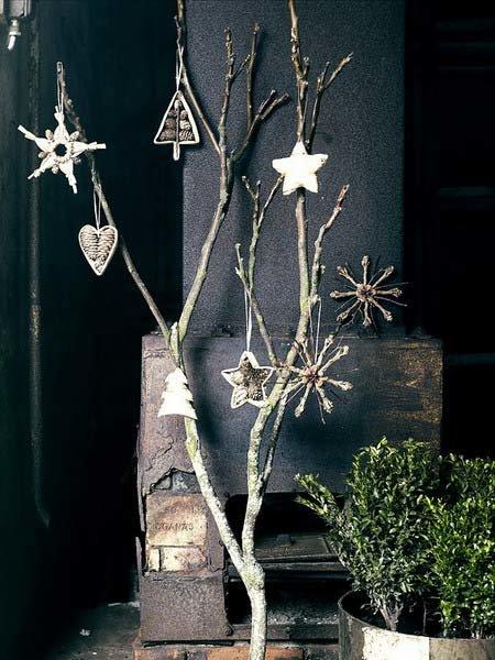 Новогодние украшения для дома – это оригинально и материально выгодно. К примеру, обычные ветки, раскрашенные серебряной, золотой или белой краской и украшенные бусинками смотрятся оригинально и празднично.