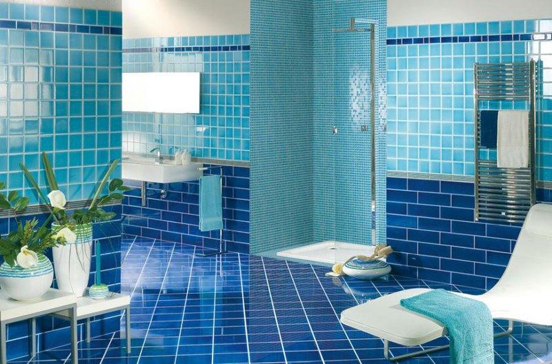 Два ярких цвета морской волны - синий аквамарин и прозрачный голубой в дизайне ванной.