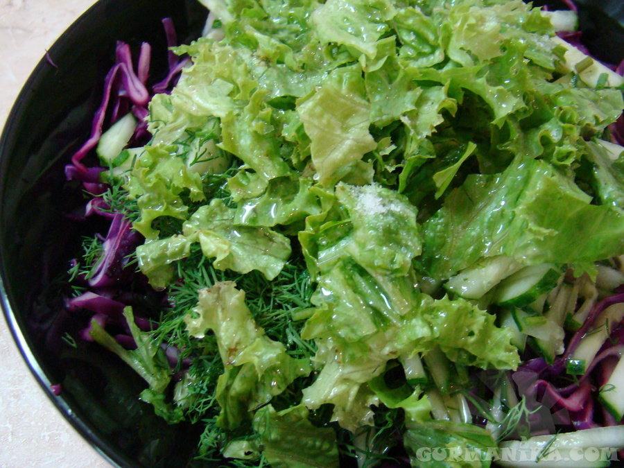Итак, для начала возьмите салатные листья, они должны быть максимально свежими, целыми.