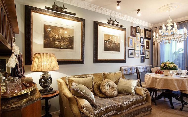 Гостиная изобилует аксессуарами: гравюрами, старыми фотографиями, сувенирами. Текстильный дизайн также роскошен.