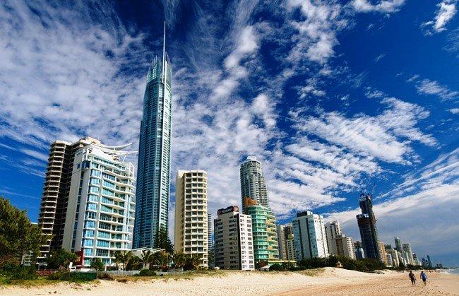 Одним из главных символов Квинсленда является жилой небоскреб Q1, который был сдан в эксплуатацию в 2005 году. Q1 - это Queensland №1, что значит – св...