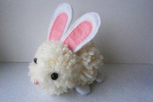 Игрушка из помпонов «Кролик»