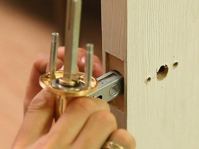 как врезать защелку в дверь