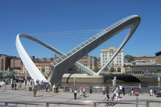 Мост Гейтсхед Миллениум Это сооружение было открыто английской королевой в 2002 году и находится в городе Ньюкасле, пересекая реку Тайн. Мост Миллениум уникален в том, что это один из нескольких мостов в мире, который наклоняется. Когда он наклонен в одну сторону, то превращается в нормальный пешеходный мост, где можно прогуляться и полюбоваться видами реки. Когда мост наклонен в другую сторону, то позволяет лодкам и судам проходить под ним. Гейтсхед Миллениум получил множество архитектурных премий за свой дизайн и название «Глаз Викинга», потому что похож на глаз, мигающий каждый раз, когда структура наклоняется.