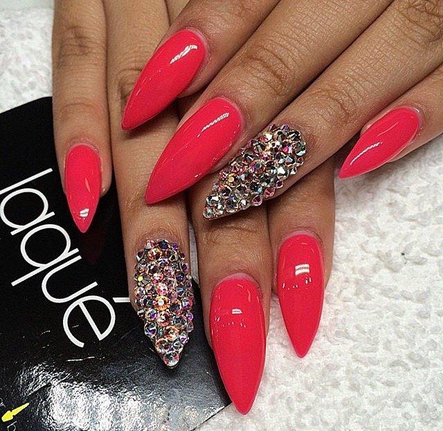 Острые красные ногти дизайн