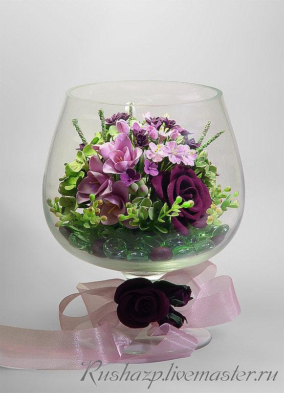 Композиции из искусственных цветов в круглых вазах