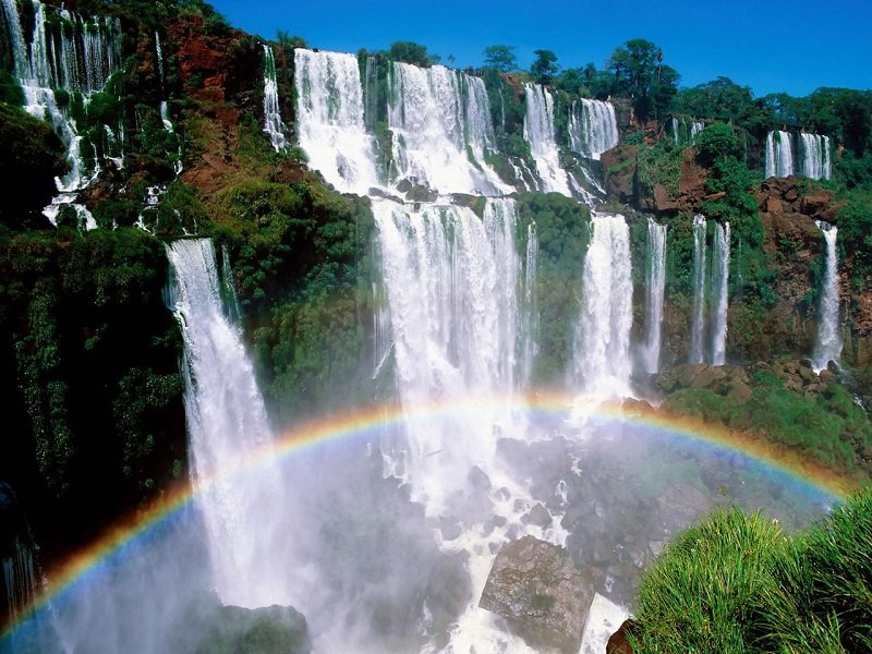 Водопады Игуасу – огромный комплекс водопадов, расположенный на стыке государств Бразилия (штат Парана) и Аргентина (провинция Мисьонес), на пересечен...