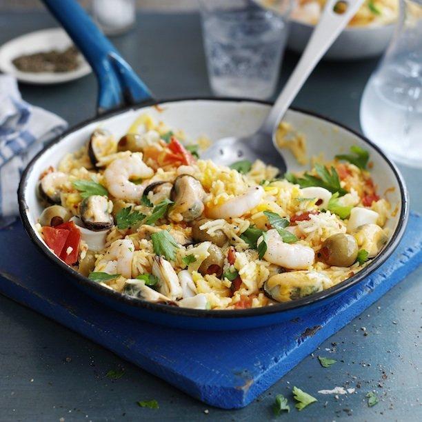 Морепродукты с гарниром из риса и свежей зеленью