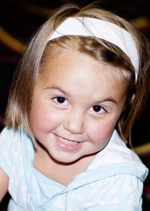 Стрижка для маленькой девочки должна не усложнять ей жизни. Каскад с тремя переходами сделает прическу объемнее, но вряд ли 6 летний ребенок сможет укладывать волосы красиво, при этом не запутывая их.