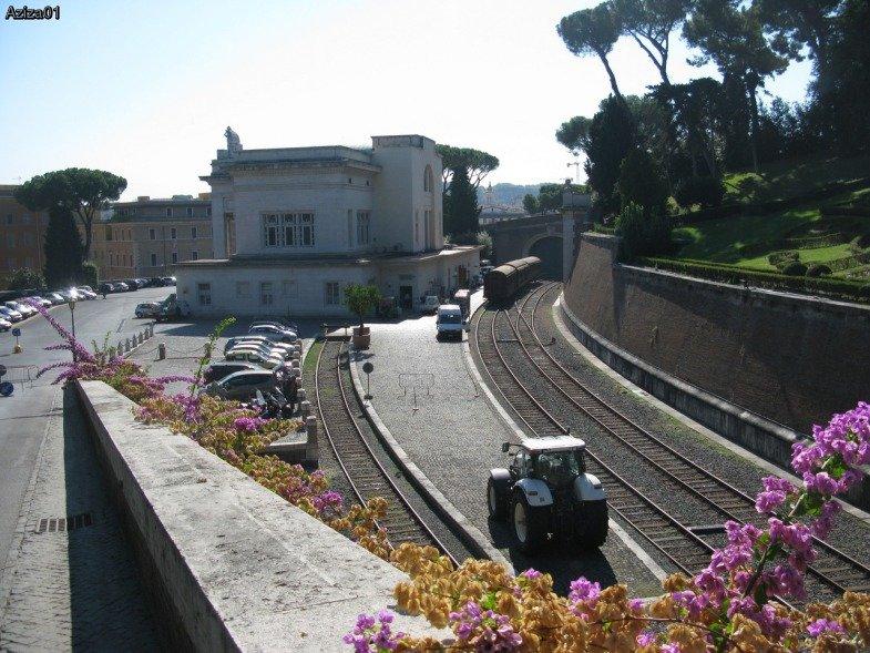 Ватиканский вокзал – самый чистый и малолюдный вокзал в мире (если папе вздумается съездить куда-нибудь на поезде, отправится поезд отсюда, хотя последний раз это было несколько десятков лет назад).