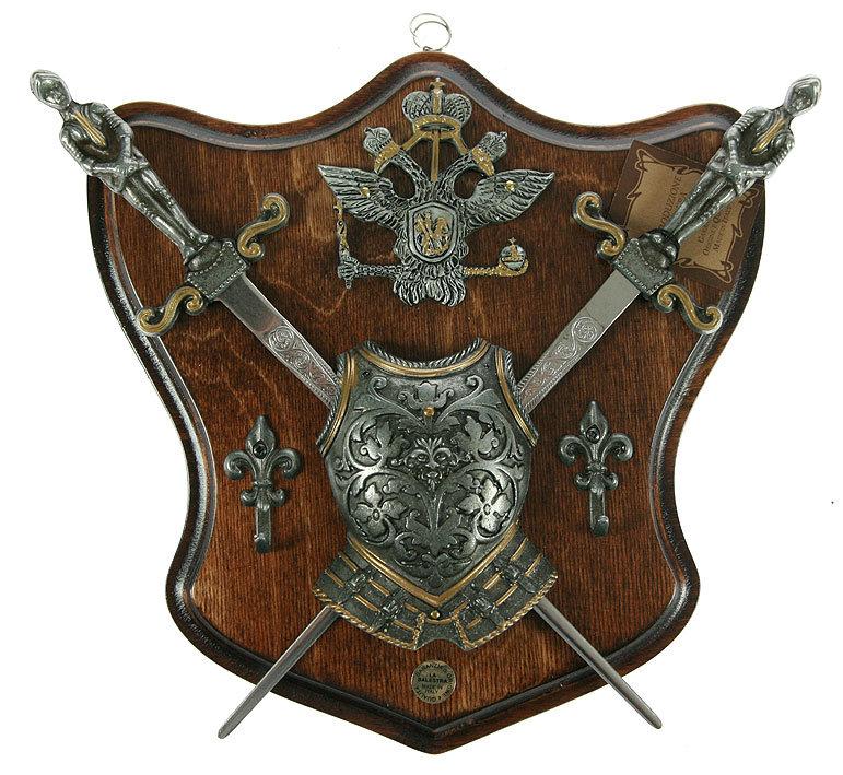 бронзовые или металлические предметы  военной тематики: мечи, щиты, копья, шлемы, факелы  в интерьере в стиле ампир