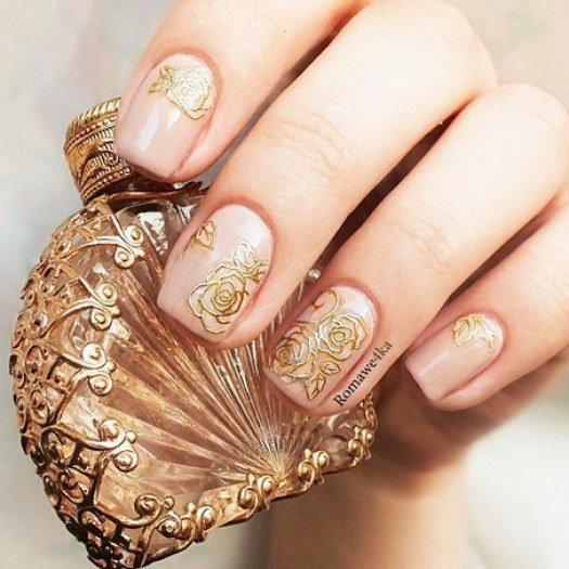 Бежевый маникюр с золотыми розами. Дизайн ногтей который сочетает бежевый цвет и золотистые элементы декора всегда обладает особым изяществом (квадрат...