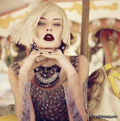 Бордовая помада в макияже блондинки