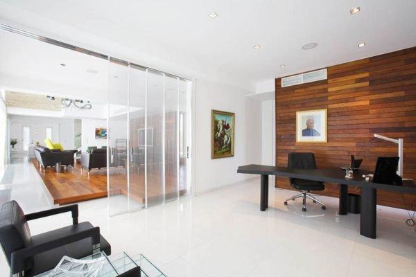 Современный стиль Простые геометричные формы и теплая текстура дерева способны создать комфортное современное пространство домашнего кабинета.