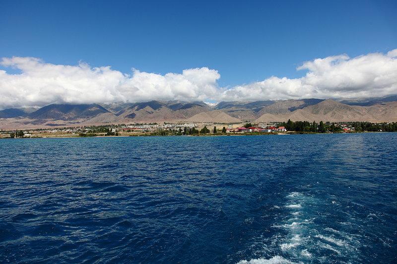 Иссык-Куль — самое большое озеро в Киргизии, бессточное, входит в 25 крупнейших по площади озёр мира и на шестом месте в списке самых глубоких озёр.