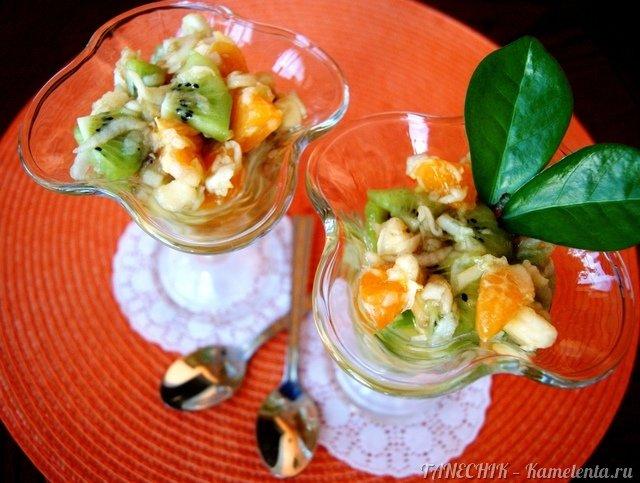 Легкий фруктовый салатик придется по вкусу младшим членам семьи, а так же тем, кто на диете или соблюдает пост! Любимый салат моего детства!