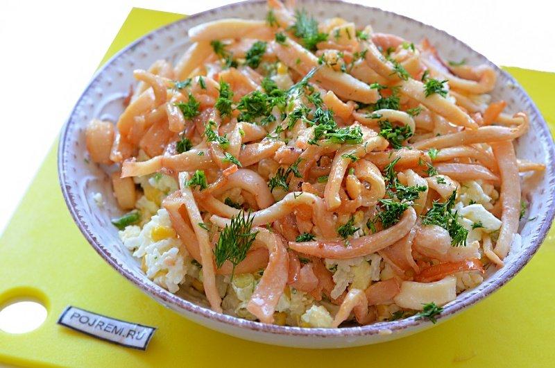 Салат с кальмарами и маринованными огурцами.