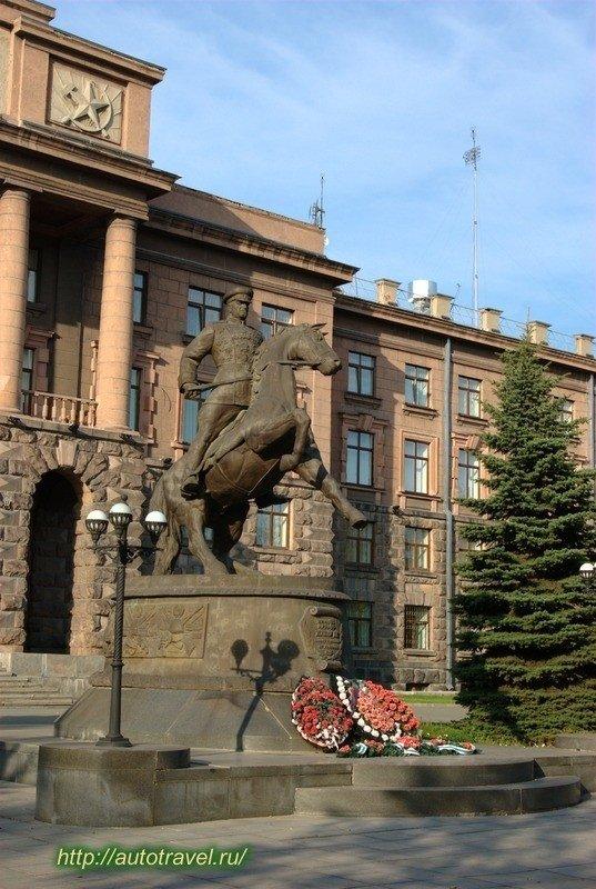 Памятник Жукову. Адрес: ул. Ленина 71