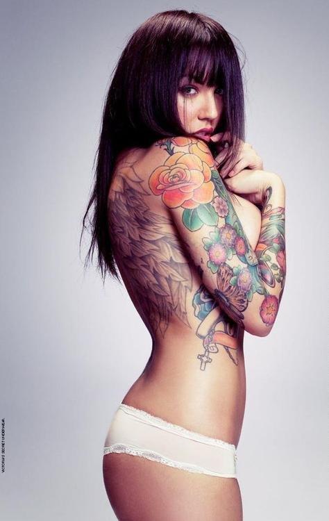 фото красивых голых девушек с татуировками