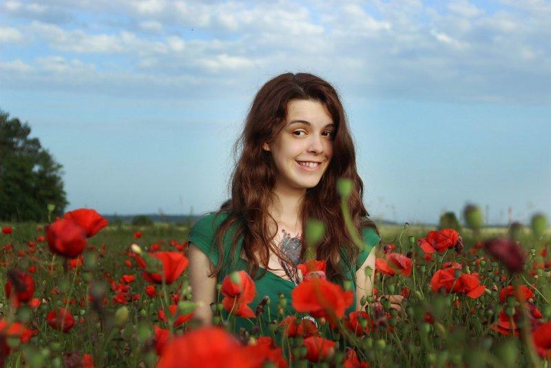 Симпатичная девушка и маковое поле