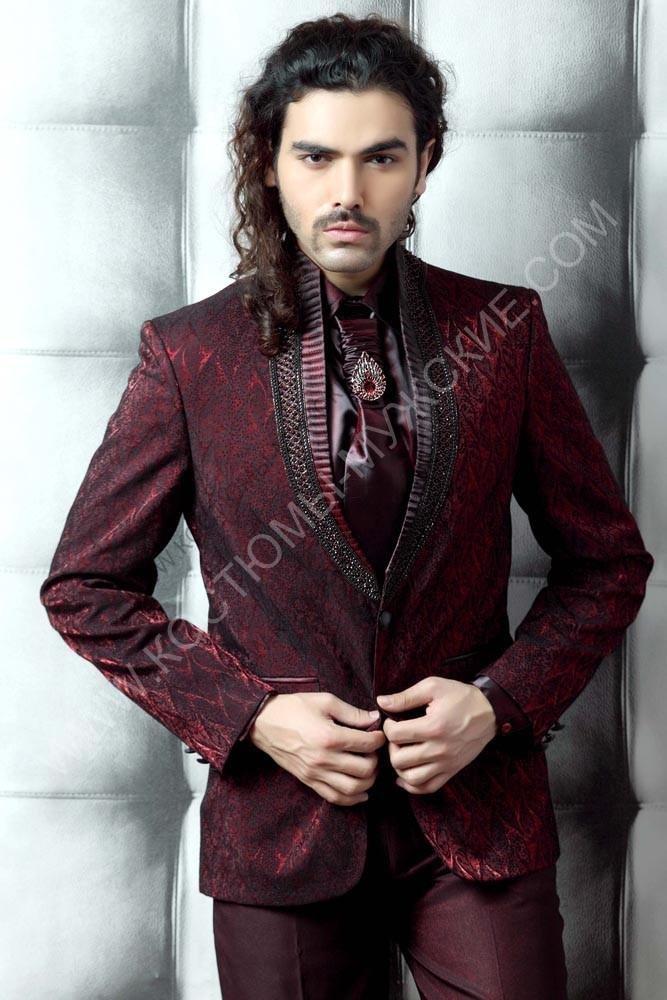 Прекрасный марсаловый костюм.