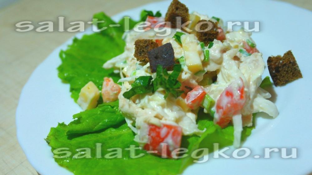 салат с пекинской капустой курицей и сухариками и помидорами