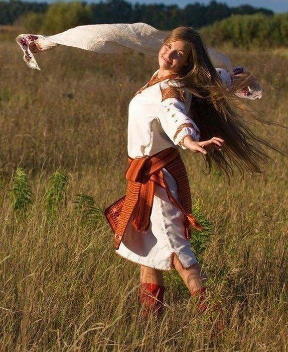 Очаровательная девушка в национальном одеянии