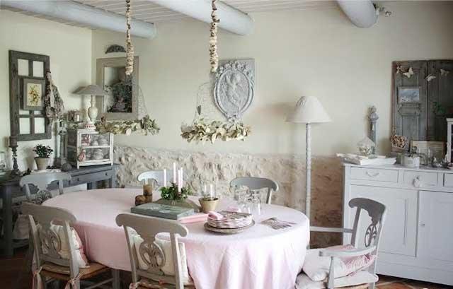 Прелесть дизайна в стиле шебби-шик - в его близости каждому. Он напоминает о самом золотом времени - нашем детстве, и о бабушкином доме в летней солнечной деревне.
