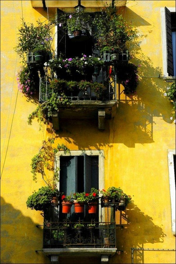 Слова балкон происходит от итальянского balcone – балк.