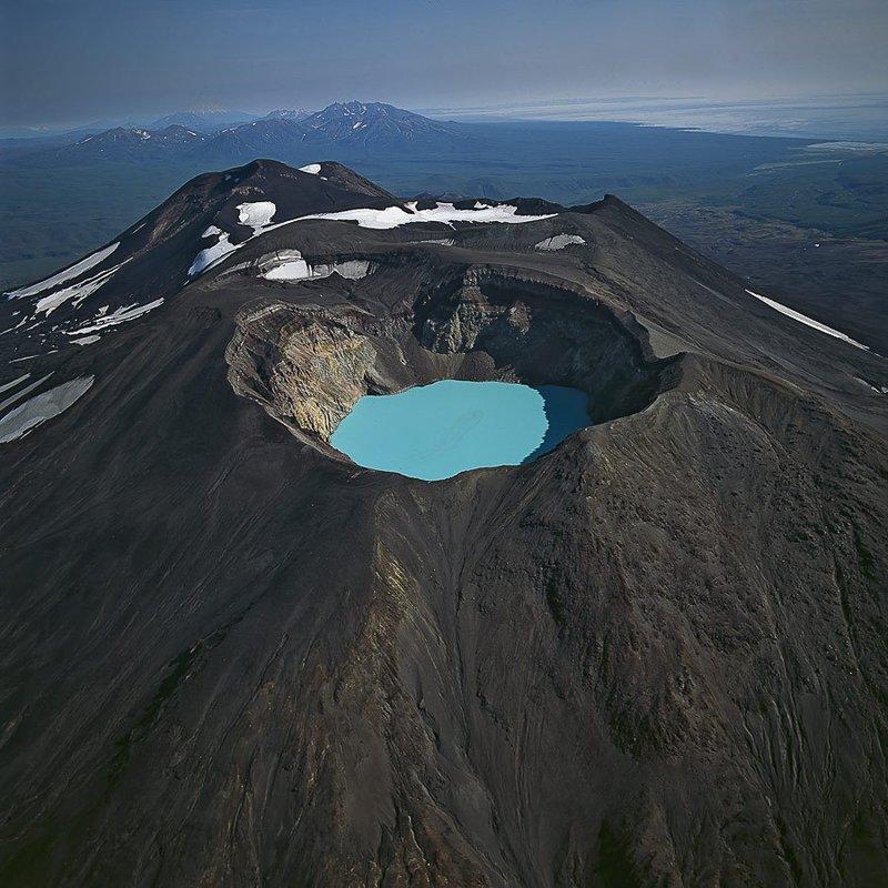 Озеро с голубой водой в кратере вулкана. Камчатка, Россия