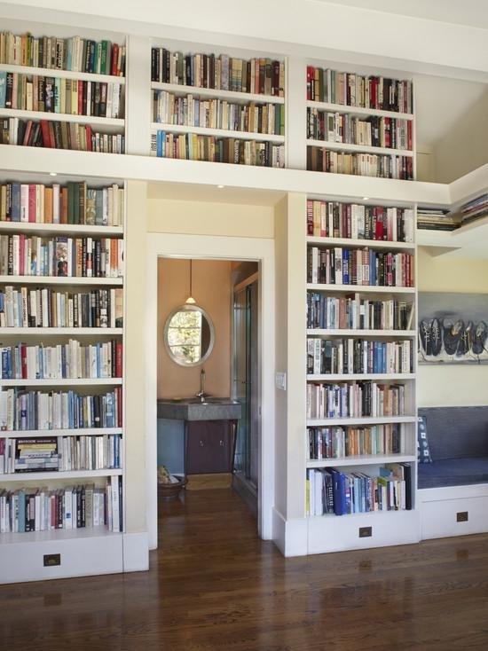 Книжная полка во всю стену от пола до потолка. отличный вари.