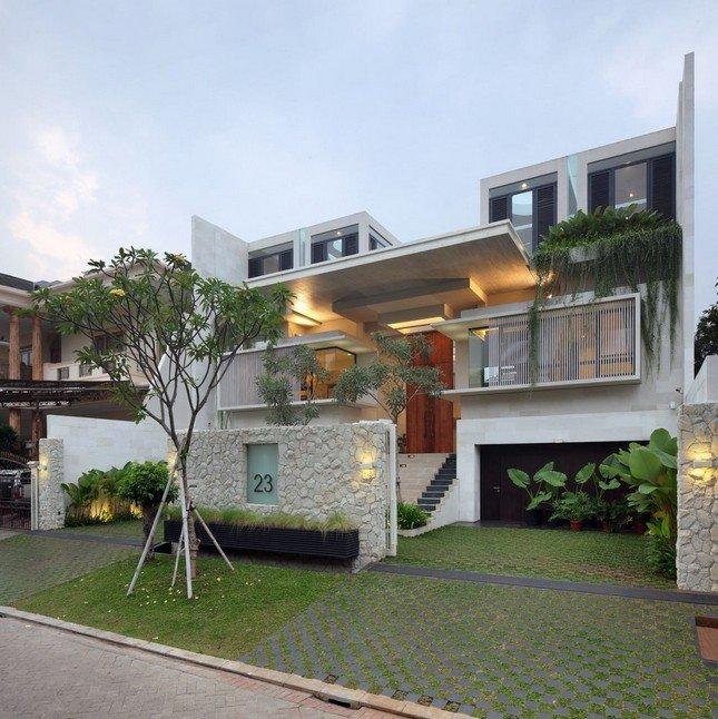Дизайнеры из TWS & Partners закончили работу над домом Static House в 2010 году. Площадь дома составляет 700 м2, и находится он в Джакарте, Индонезия. Внутри дома уютно расположился небольшой дворик с бассейном. Он находится первом этаже и соединяет 2 части дома, а также позволяет солнечному свету днем проникать внутрь. …