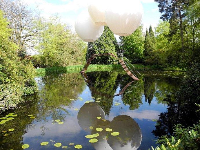 Подвесной мост на воздушных шарах. Легкий, практически невесомый мост парит над прудом, подвешенный на трех огромных белых воздушных шарах в английском Таттон-парке. Композиция называется «Мост обезьян». Автор моста французский художник Оливье Гроссетете. К сожалению, людям пробежаться по такой переправе нельзя, это всего лишь сказочная арт-инсталляция.