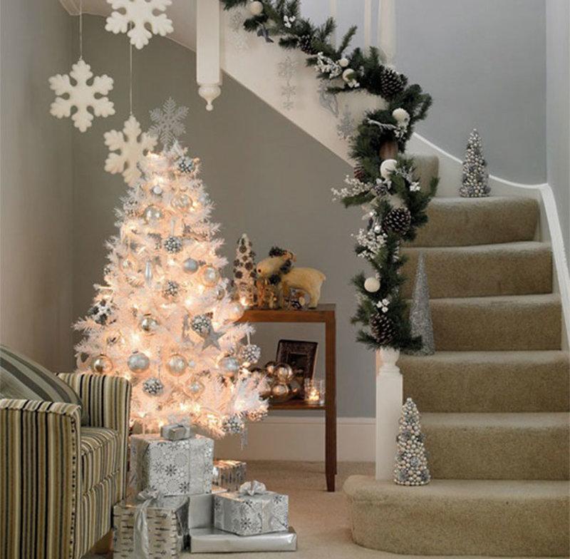Красивое украшение елки белыми гирляндами: идеи, пример, фото