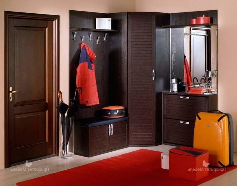 Некоторые дизайнеры рекомендуют расположить в коридоре мебел.