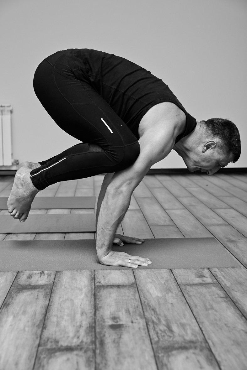 Йога — это изначально Мужская практика. Требующая огромной физической и духовной силы, выносливости, отрешенности, стойкости, умения контролировать свои чувства, способности концентрироваться, жертвовать чем-то, способности рассуждать логически, погружаться в себя, анализировать и обдумывать.