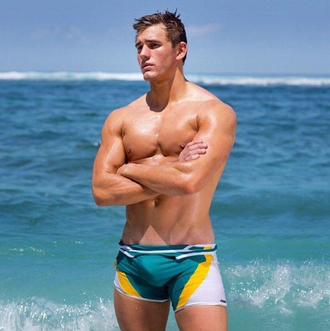 молодые парни спортсмены на пляже видео