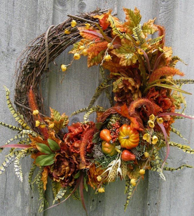 Человек часто забывает о красоте природы. Оглянитесь вокруг! Красота везде: летом - в распустившемся ароматном цветке, осенью - в разноцветных листьях под ногами, зимой - в веточке ели. Воспитывайте детей в любви к природе и они вырастут добрыми и умными. Смастерите вместе с ребенком эти красивые венки и украсьте ими стену, окно или стол.