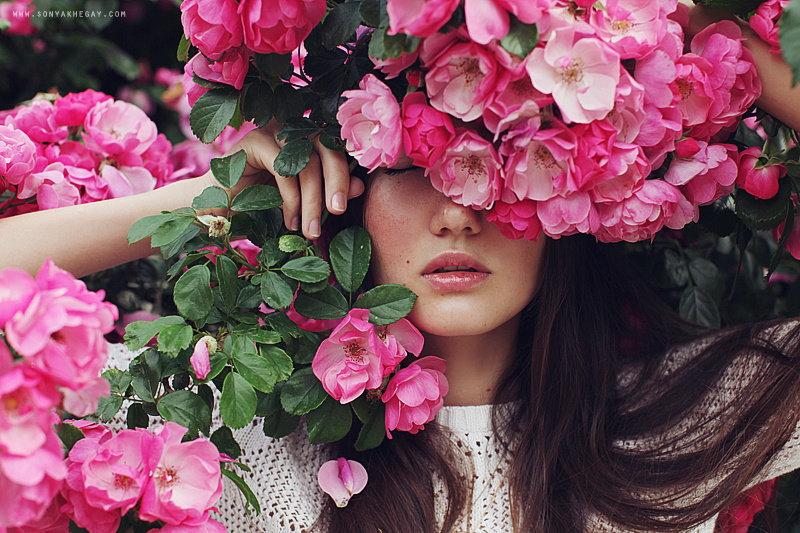 Картинка девушки с цветами на голове и розовых
