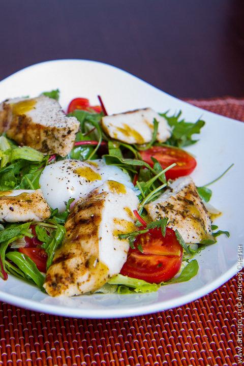 Теплый салат с курицей и яйцом-пашот
