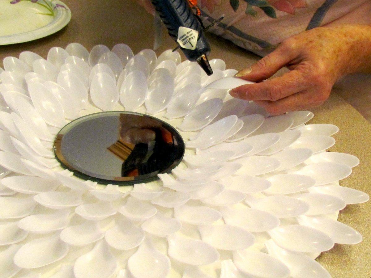 декор из пластиковых ложек своими руками фото мать известно лишь