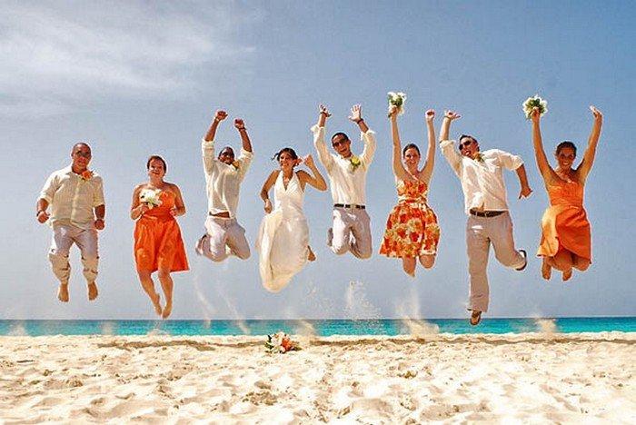 Всем молодоженам хочется иметь красивые и оригинальные фото со свадьбы. К сожалению, большинство фотографов снимает свадьбы по одному сценарию из-за чего м
