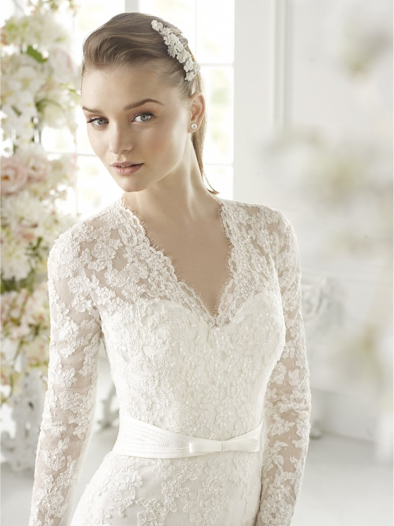 Платье с кружевом и длинными рукавами