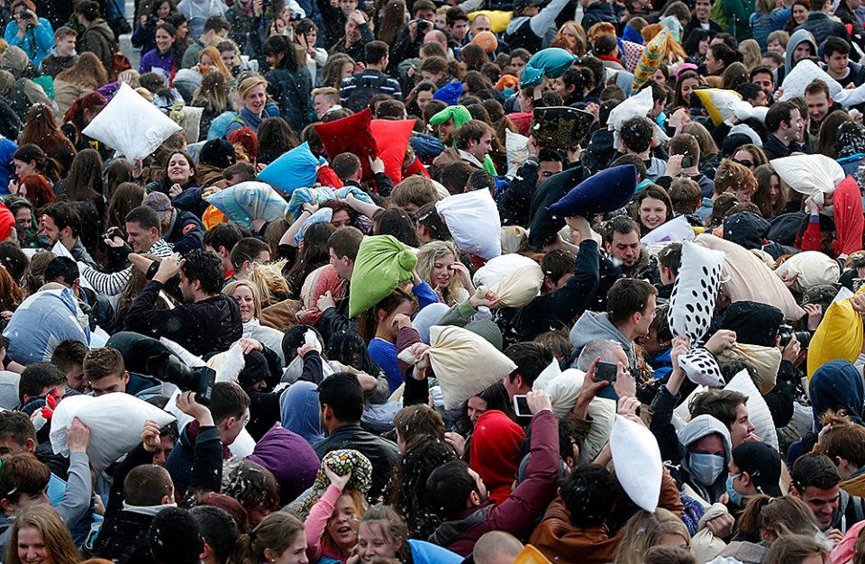 чеканка картинки массового скопления людей провода телевизора самой