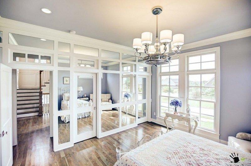Красивая светлая спальня с мягким освещением.