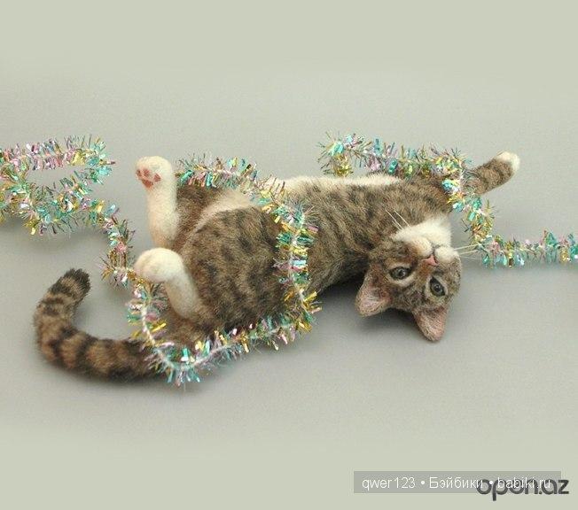 кот с мишурой