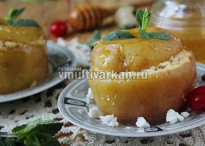 Вкусные и ароматные запеченные яблоки с творогом в мультиварке могут стать отличной альтернативой калорийным десертам к чаю, они полезны детям и взрослым.