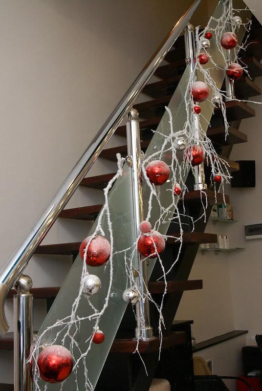 оформление лестницы новогодними ветками