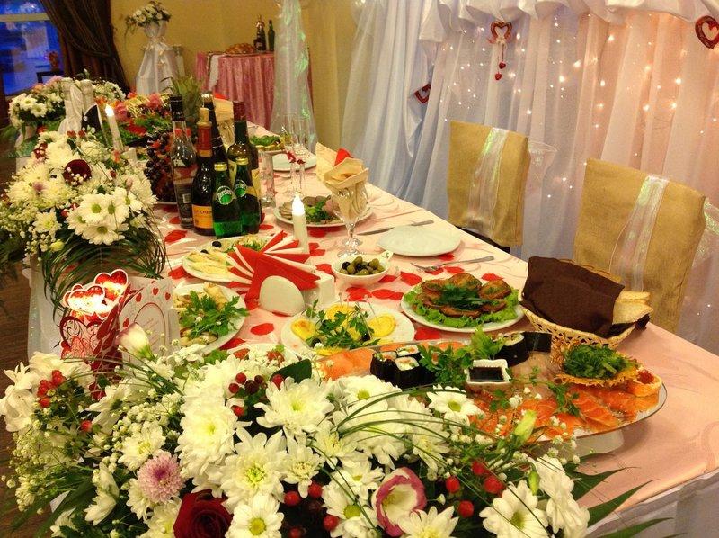 Яркий свадебный стол
